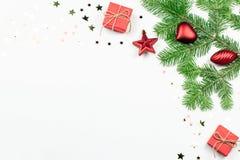 Julgranen med röda garneringar och giftbox gränsar, kopierar utrymme royaltyfri bild