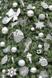 Julgranen med silver smyckar bakgrund Royaltyfri Fotografi