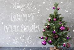 Julgranen med snöflingor, cementvägg, smsar lycklig helg Royaltyfri Fotografi