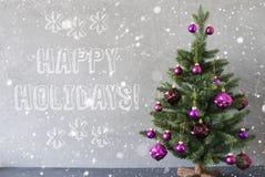 Julgranen med snöflingor, cementvägg, smsar lyckliga ferier Royaltyfria Bilder
