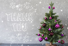 Julgranen med snöflingor, cementväggen, text tackar dig Arkivfoton