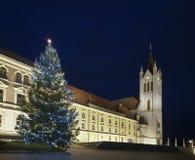 Julgranen och det kyrkliga tornet lutar Arkivfoto
