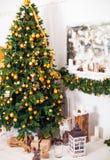 Julgranen och inre rum som dekoreras i jul, utformar wi Arkivbild
