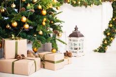 Julgranen och inre rum som dekoreras i jul, utformar wi Royaltyfria Bilder