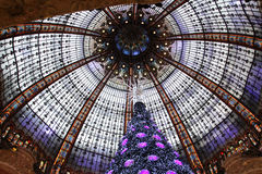 Julgranen på Galeries Lafayette, Paris Arkivbild