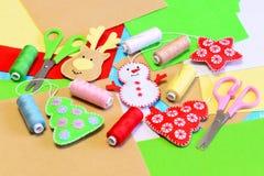 Julgranen smyckar diy Filtjulgranen, stjärnan, snögubben, den diy renen, den kulöra tråden, filt täcker, visare, sax royaltyfri bild