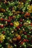 Julgranen smyckar garneringar som firar ferier arkivfoto