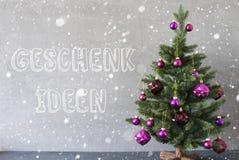 Julgranen snöflingor, cementväggen, Geschenk Ideen betyder gåvaidéer Arkivfoto