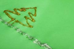 Julgranen som göras av skinande, stelnar Arkivfoton