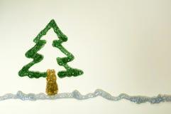 Julgranen som göras av skinande, stelnar Arkivbild