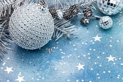 Julgranfilial med kottar och garneringar på blå backgro fotografering för bildbyråer