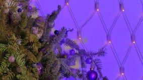 Julgranfilial som dekoreras med bollar lager videofilmer