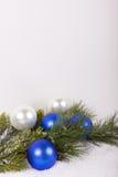 Julgranfilialen med blå jul klumpa ihop sig i detalj Royaltyfria Foton