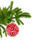 Julgranfilialen med rött dekorerar bollen som isoleras på vit Royaltyfri Bild