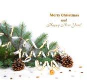 Julgranfilialen med sörjer kottar, guld- banderoller och stjärnor Royaltyfri Foto