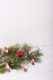Julgranfilialen med Santa Claus och röd jul klumpa ihop sig Royaltyfria Bilder