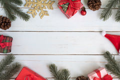 Julgranfilialer gränsar garneringar med gåvaaskar och nolla royaltyfria foton