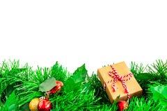 Julgranfilialer med bollar och hand - gjord gåva av Kraft inpackningspapper, på vit, kopieringsutrymme arkivfoton
