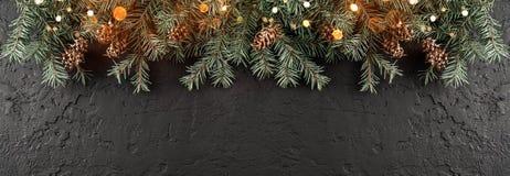 Julgranfilialer med ljus på mörk svart bakgrund Kort för Xmas och för lyckligt nytt år, bokeh, gristra som glöder arkivbilder