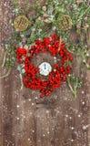 Julgranfilialer och krans från röd berrie Royaltyfri Bild