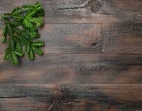 Julgranfilialer på lantlig träbakgrund Royaltyfri Bild
