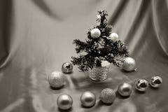 Julgrangarnering i svarta vita gåvor på glänsande ljusbakgrund Royaltyfri Fotografi