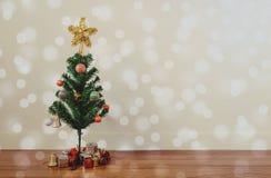 Julgrangarnering med cirkeln Bokeh tänder på trägolv, i vardagsrum royaltyfri foto