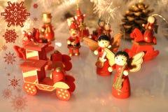 Julgrangarnering med wodden prydnader med reflexion arkivfoton