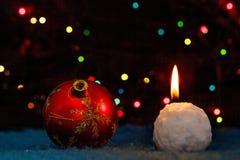 Julgrangarnering och kasta snöbollstearinljus Arkivbild