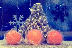 Julgrangarneringar och tangerin tapet tappning som är beträffande Royaltyfri Bild