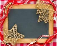 Julgrangarneringar på tappningträsvart tavla Arkivfoto