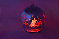 Julgrangarneringen målades i röd färg Arkivbilder