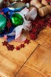 Julgrangarneringstruntsaker, leksaker och färgrika prydnader retro stil arkivbild