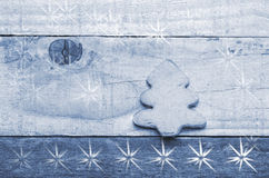 Julgrankex på träbakgrund Snöluftvärnseldbild tree för snow för prydnad för godisrottingjul Arkivbilder