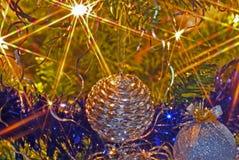 Julgranlampor och bollar Arkivfoto