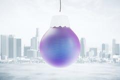 Julgranleksak - blå boll på stadsbakgrund Arkivfoto