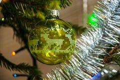 Julgranleksak glass grön sphere ekologiskt trä för julgarneringar Julboll med hjortar Arkivfoto