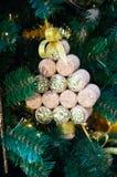 Julgranleksak som göras av vinproppar, handgjort royaltyfri foto