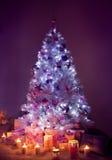 Julgranljus, dekorerat Xmas-träd, gåvastearinljus arkivbilder