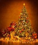 Julgranljus i natten, dekorerad Xmas-inre fotografering för bildbyråer