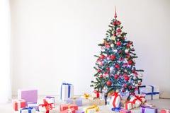 Julgranmassor av gåvor dekoren för nytt år royaltyfri fotografi