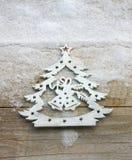 Julgranprydnad i en snöbakgrund Royaltyfri Fotografi