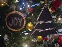 Julgranprydnad och bollar arkivfoto