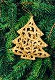 Julgranprydnad på bakgrund för granträdfilialer. Kristus Fotografering för Bildbyråer