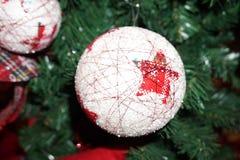 Julgranprydnad på marknaden Royaltyfri Bild