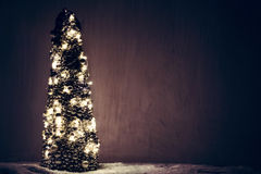 Julgranprydnad som slås in med ljus Arkivbilder