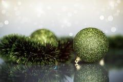 Julgranprydnader och bollar Royaltyfri Fotografi