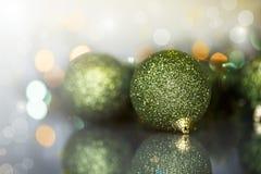 Julgranprydnader och bollar Arkivbild