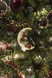 Julgranprydnadmus som sover på en måne Arkivfoto