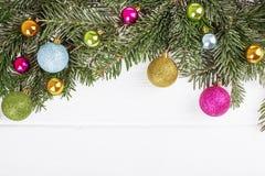 Julgranträd med bollar på träbrädebakgrund w Fotografering för Bildbyråer